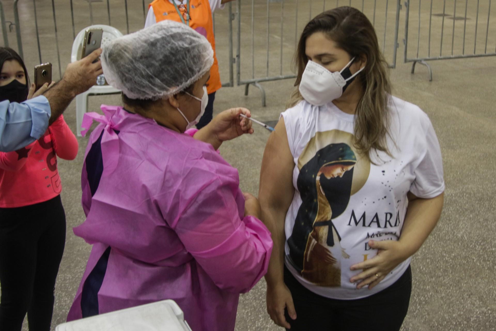 Sesa recomendou a oferta da segunda dose da Pfizer para grávidas e puérperas cearenses vacinadas com a primeira dose da AstraZeneca. Na foto, vacinação de grávida em Fortaleza (Foto: Thais Mesquita)