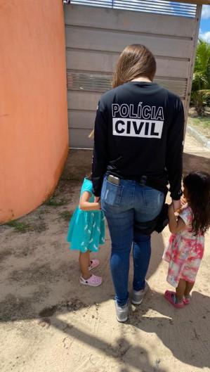 As duas meninas, de 3 e 4 anos, foram localizadas na cidade de Senhor do Bonfim, na Bahia, com o apoio da Polícia Civil baiana (Foto: Polícia Civil do Ceará)