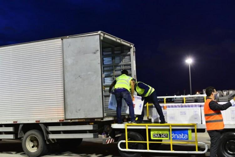 Mais um lote de vacinas da AstraZeneca chega ao Ceará nesta quinta-feira, 6 (Foto: Fotos: Thiara Montefusco/ Governo do Ceará)