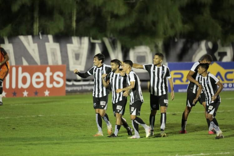 Jogadores do Ceará comemoram gol de Felipe Silva diante do Crato no Campeonato Cearense.  (Foto: Julio Caesar/O POVO)
