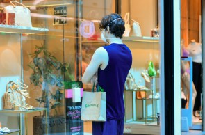 FORTALEZA, CE, 08.05.2021: Primeiro fim de semana com comercio, lojas e shoppings abertos com novo decreto. As fotos destacam a movimentacao no shopping Iguatemi, um dia antes do dia das maes. Coco, Fortaleza.(BARBARA MOIRA/ O POVO)