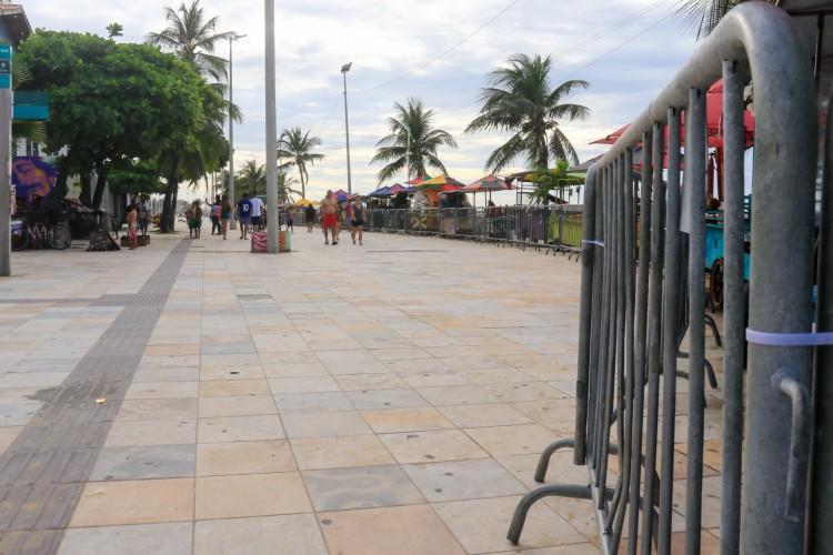 Movimentacao na Praia de Iracema, com gradeamento na faixa de areia que da acesso ao mar (Foto: BARBARA MOIRA/ O POVO)