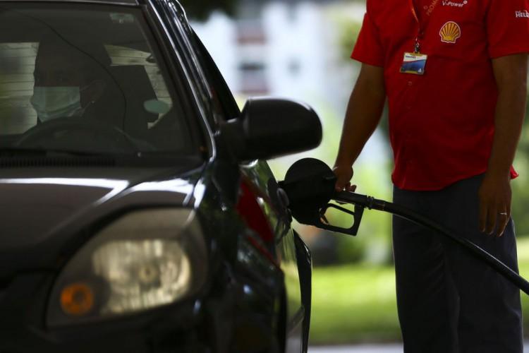 Força-tarefa integrada pela Agência Nacional do Petróleo, Gás Natural e Biocombustíveis (ANP), Procon e Inmetro fiscaliza postos revendedores de combustíveis em Brasília. (Foto: Marcelo Camargo/Agência Brasil)