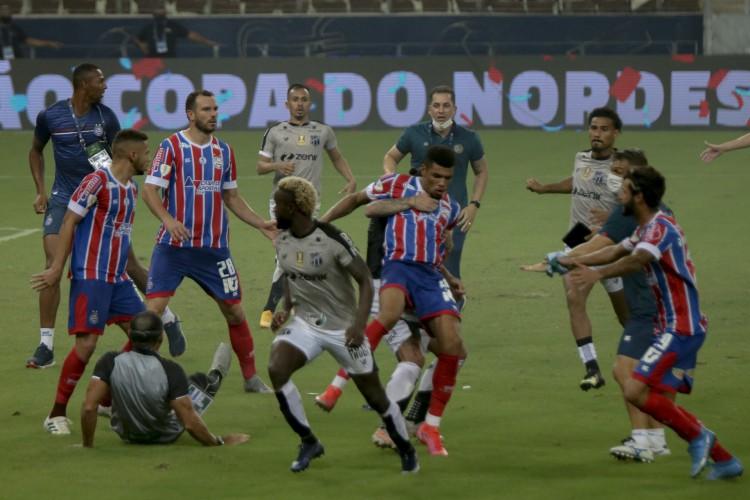 Confusão generalizada no fim da partida entre Ceará e Bahia, no jogo final da Copa do Nordeste  (Foto: Aurelio Alves)
