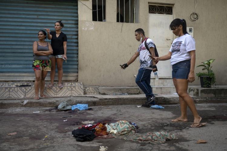 Quatro dos seis suspeitos presos na ação falaram que foram obrigados a levar corpos para dentro dos blindados da Polícia Civil (Foto: AFP)