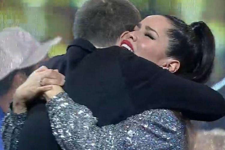 Tiago Leifert abraça Juliette após discurso da final, em que a paraibana se consagrou campeã (Foto: Reprodução Globo )