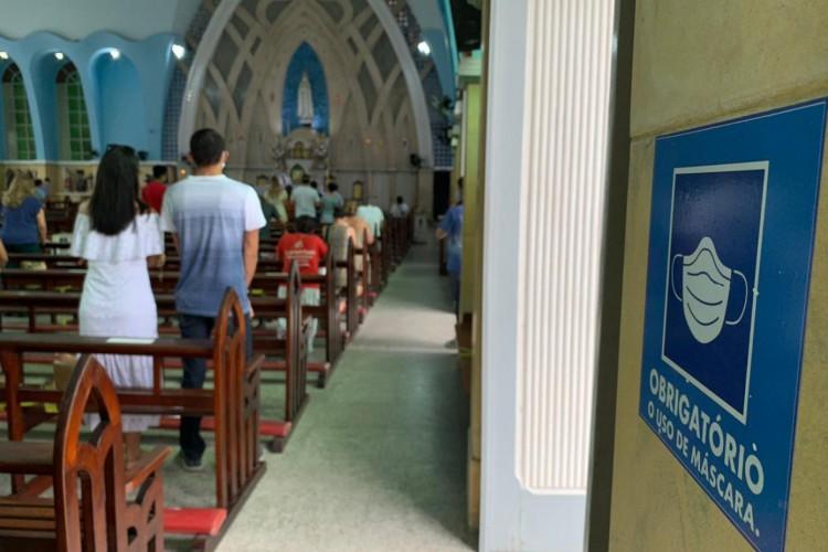 Fiéis eram aconselhados a seguirem todas as medidas sanitárias (Foto: Gabriel Borges)