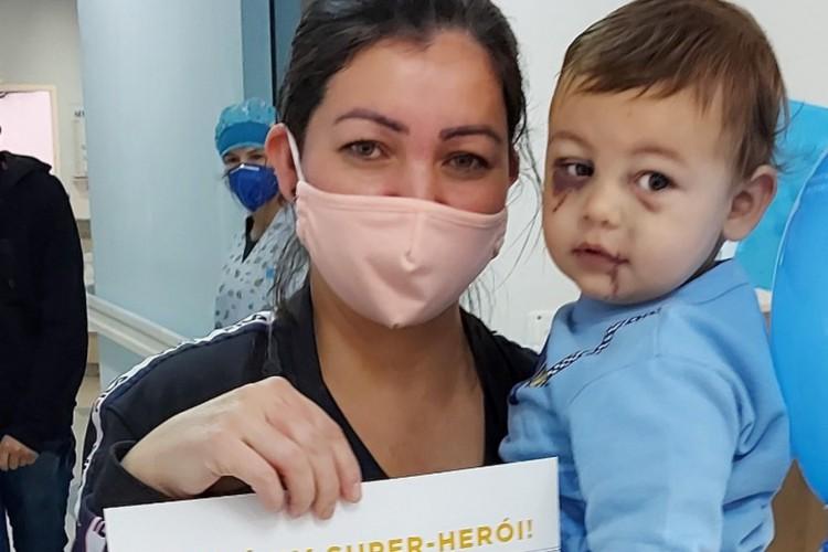 O menino de 1 ano e 8 meses foi o único sobrevivente do ataque a creche que matou 3 crianças e duas professoras em Santa Catarina (Foto: Alcebíades Santos/ divulgação HC)