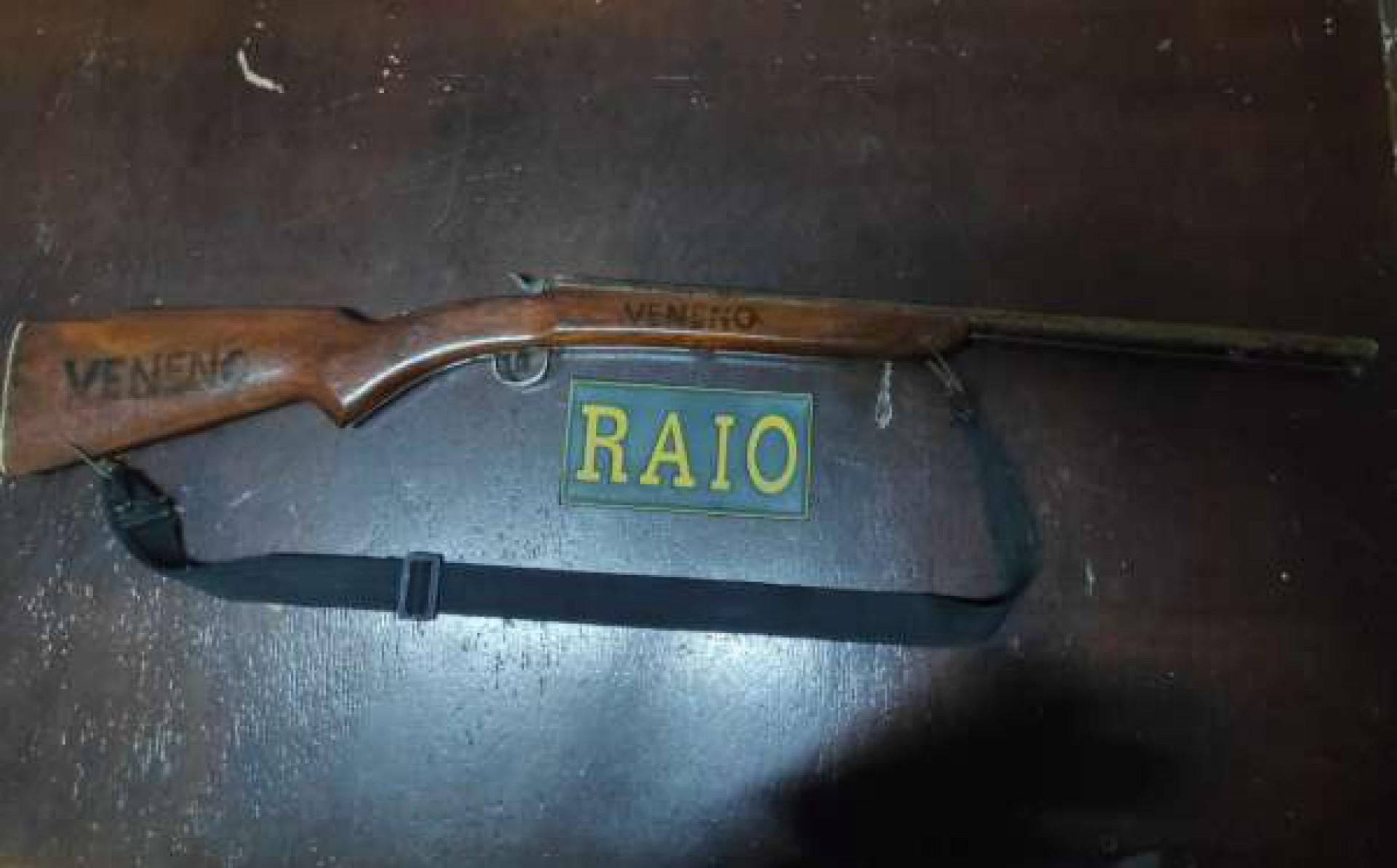 Arma artesanal contém a palavra