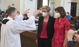 O vigário da paróquia Wolfgang Rothe abençoa um casal de lésbicas Christine Walter e Almut Muenster durante uma missa na igreja de Saint Benedikt em Munique em 9 de maio de 2021
