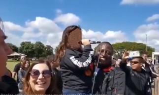 Deputado Hélio Lopes (PSL-RJ) segurou uma criança no colo e colocou-a ao microfone. Ela disse que espera prisão do youtuber Felipe Neto.
