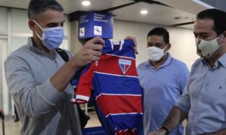 Novo técnico do Fortaleza, Juan Pablo Vojvoda recebendo a camisa do clube pelo presidente Marcelo Paz