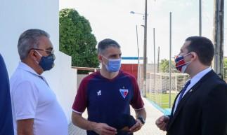 Técnico Juan Pablo Vojvoda conversa com executivo de futebol Sérgio Papellin e diretor de futebol Alex Santiago na academia do Centro de Excelência Alcides Santos, no Pici