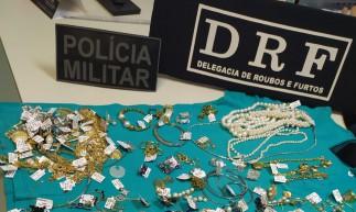 As joias subtraídas e um revólver calibre .38 foram apreendidos pelos agentes militares