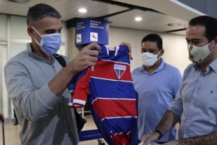 Novo técnico do Fortaleza, Juan Pablo Vojvoda recebeu a camisa do clube do presidente Marcelo Paz (Foto: Leonardo Moreira/ FEC)