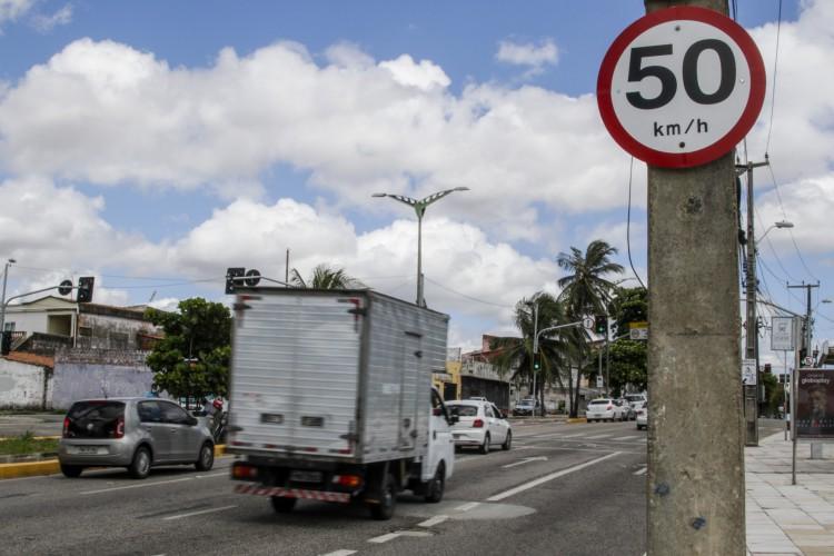 A expectativa é que até o final do ano as vias de Fortaleza com maior número de acidentes tenham velocidades readequadas em 50km/h (Foto: Thais Mesquita)