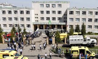 Policiais e ambulâncias são vistos no local de um tiroteio na Escola No. 175 em Kazan, capital da república russa do Tartaristão, em 11 de maio de 2021