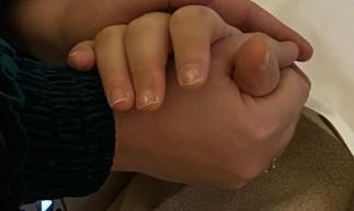 Foto de Juliana mãos dadas com seu irmão, Paulo Gustavo, foi tirada quando o ator já estava internado