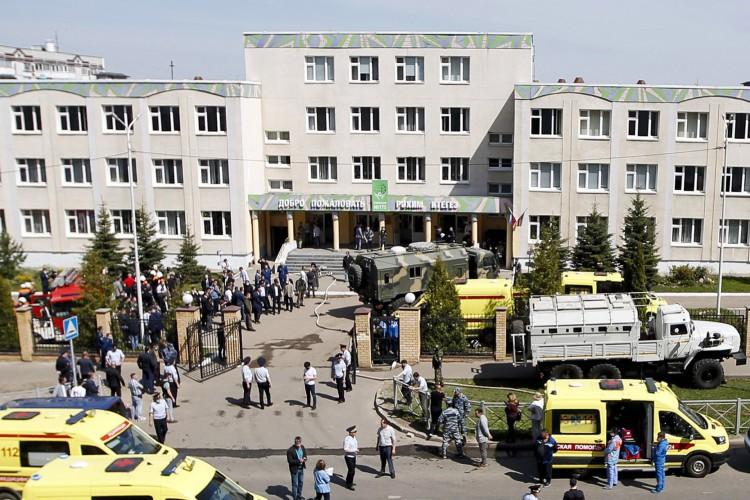 Policiais e ambulâncias são vistos no local de um tiroteio na Escola No. 175 em Kazan, capital da república russa do Tartaristão, em 11 de maio de 2021 (Foto: Roman Kruchinin / AFP)