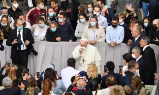 O Papa Francisco assoa o nariz ao chegar em 12 de maio de 2021 ao pátio de San Damaso no Vaticano para retomar sua audiência geral semanal ao ar livre com o público após uma ausência de seis meses devido à crise do coronavírus