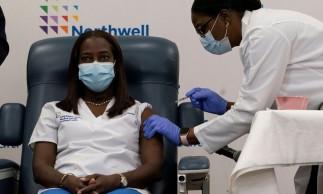 Sandra Lindsay,  enfermeira que foi a primeira pessoa a ser vacinada contra Covid-19 nos EUA. A enfermeira do Long Island Jewish Medical Center recebeu o imunizante da dra. Michelle Chester, do Northwell Health, em New Hyde Park, Nova York. 14/12/2020  Mark Lennihan/Pool via REUTERS