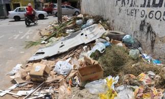 FORTALEZA, CE, 12.05.2021: Mesmo com a coleta de lixo, a cidade de Fortaleza apresenta pontos de acumulo de lixo em calcadas e canteiros centrais. As fotos aqui destacam lixo em uma esquina da rua Capitao Aragao no bairro Alto da Balanca, Fortaleza.(BARBARA MOIRA/ O POVO)