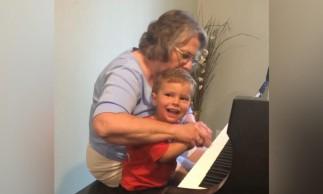 Ela passou pela mesma cirurgia feita no menino e agora os dois podem ouvir como nunca ouviram antes.