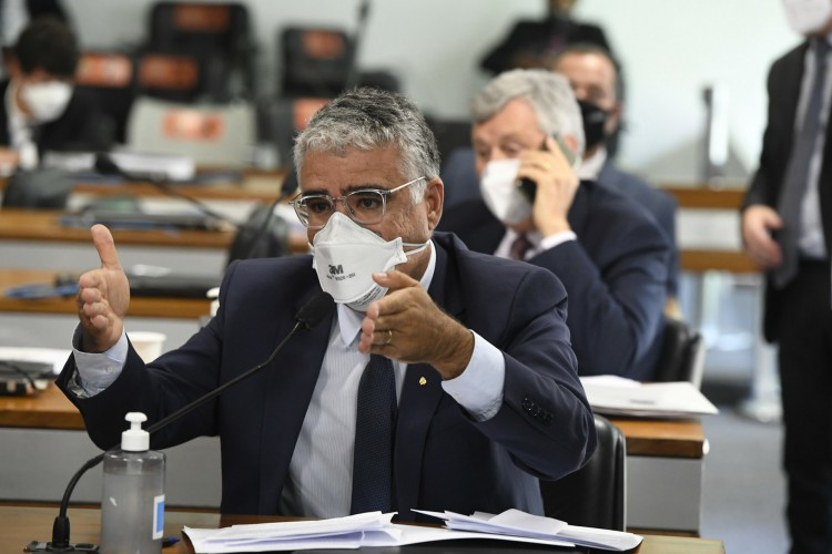 Senador Eduardo Girão assina requerimento de instalação da