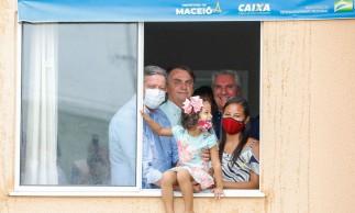 (Maceió - AL, 13/05/2021) Presidente da República Jair Bolsonaro, visita unidade habitacional e posa para fotografia com família beneficiada. .Foto: Alan Santos/PR