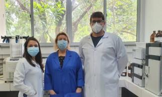 Da direita para esquerda: professor Alexandre Carreira (autor principal, IFCE), professora doutora Nágila Ricardo (coordenadora da pesquisa, UFC) e Déborah Hellen (autora colaboradora, UFC).