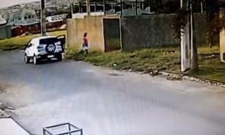 Câmeras de segurança flagraram o momento em que a mulher desce do carro com o filho em uma caixa de papelão e entra no lote baldio