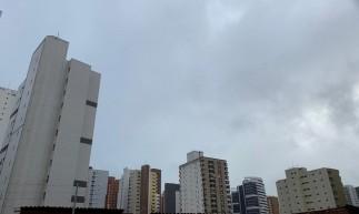 Fortaleza amanheceu com tempo encoberto e chuvas em alguns bairros