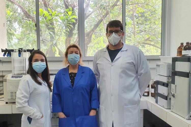 Da direita para esquerda: professor Alexandre Carreira (autor principal, IFCE), professora doutora Nágila Ricardo (coordenadora da pesquisa, UFC) e Déborah Hellen (autora colaboradora, UFC). (Foto: Acervo Pessoal)