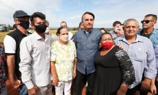 (Terenos - MS, 14/05/2021) Presidente da República Jair Bolsonaro, cumprimenta e posa para foto com famílias beneficiadas na entrega de títulos de propriedade rural..Fotos: Marcos Corrêa/PR