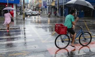 FORTALEZA, CE, BRASIL, 14.05.2021: Chuva forte na cidade com muito vento. em epoca de COVID-19. (Foto: Aurelio Alves/ Jornal O POVO)