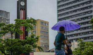 FORTALEZA, CE, BRASIL, 14.05.2021: Praça do Ferreira. Chuva forte na cidade com muito vento. em epoca de COVID-19. (Foto: Aurelio Alves/ Jornal O POVO)