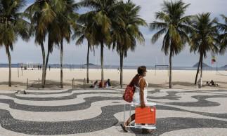 Rio de Janeiro - Praticantes de atividades esportivas coletivas e individuais aproveitam retirada de restrições contra a pandemia da covid-19 na praia de Copacabana. Continua proibida a permanência de pessoas na areia.  (Fernando Frazão/Agência Brasil)