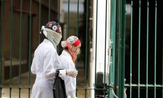 Nas ruas da cidade, pesssoas se protegem utilizando mascaras descartaveis, luvas, proteção no cabelo,para proteger contra o novo coronavírus, no primeiro dia de comércio fechado por determinação da prefeitura do Rio