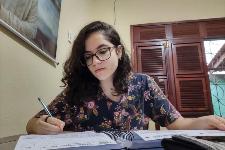 Rebeca Sales Mota, 17, sonha em cursar Direito no ensino superior com a nota do Enem.  (Foto: Acervo Pessoal)