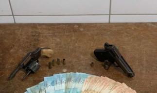 PM apreende cerca de R$ 4.200 em dinheiro e armas em Sobral