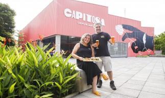Os sócios da cervejaria Capitosa Carol Zilles e Fernando Chaves