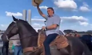 Presidente Jair Bolsonaro aparece montado a cavalo em ato de apoio em Brasília neste sábado, 15