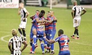 Jogadores do Fortaleza comemoram o segundo gol do time diante do Ceará no Clássico-Rei válido pelo Campeonato Cearense.