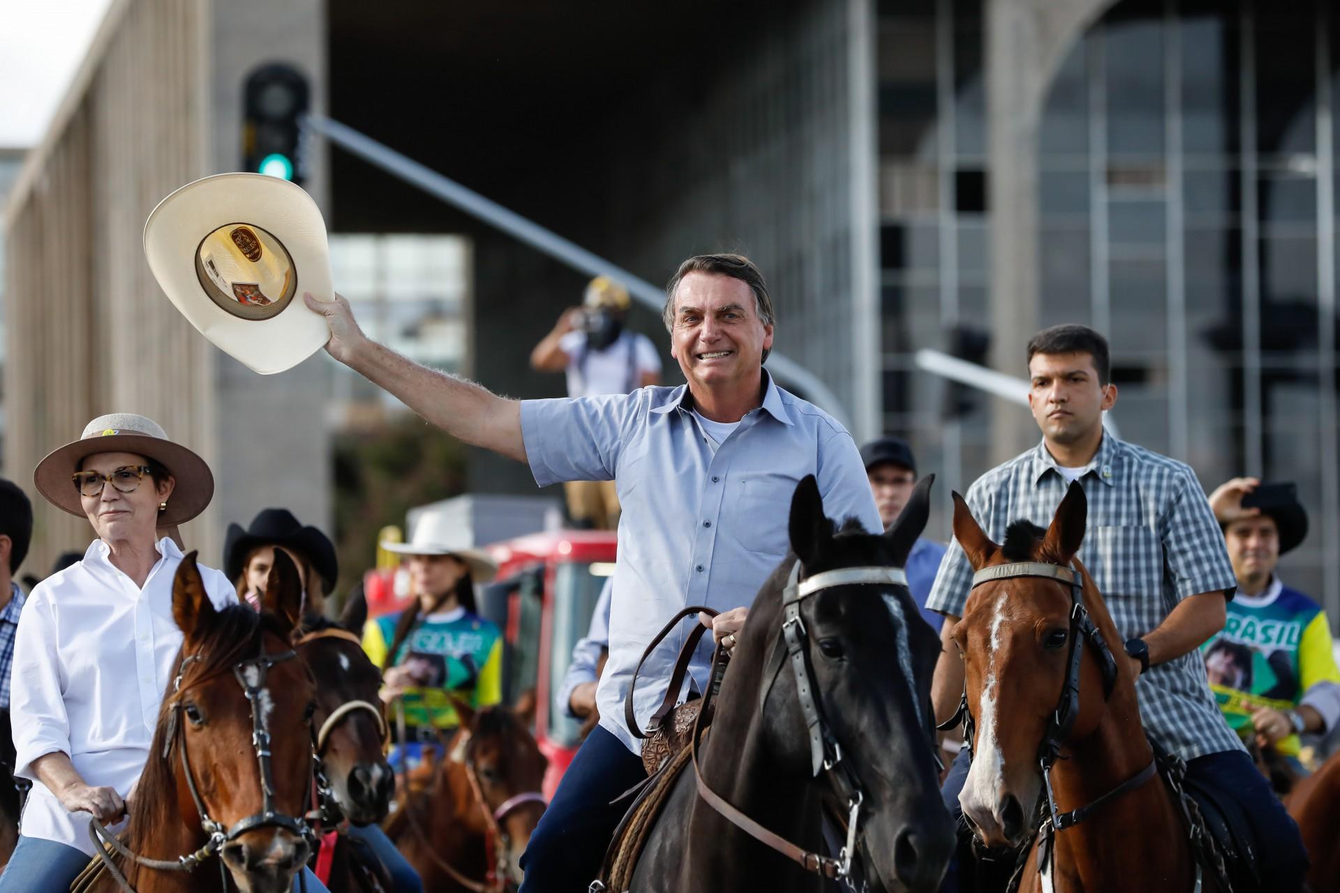Bolsonaro aparece montado a cavalo em ato de apoio em Brasília (Foto: Alan Santos/PR)