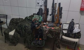 Material de caça e outro apetrechos foram apreendidos pela Polícia Militar após vistoria em Sobral