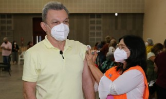 Prefeito de Fortaleza José Sarto recebe segunda dose da vacina contra a Covid-19