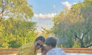 Atriz e amiga de Paulo Gustavo, Mônica Martelli, passa o domingo com Romeu e Gael.