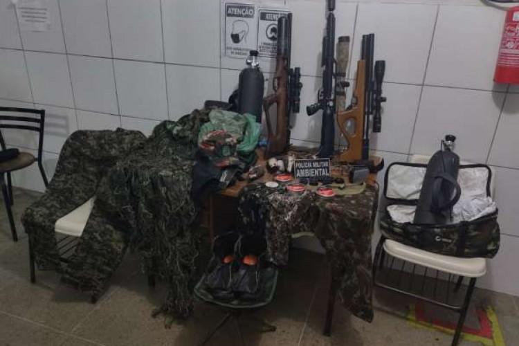 Material de caça e outro apetrechos foram apreendidos pela Polícia Militar após vistoria em Sobral (Foto: Polícia Militar do Ceará)