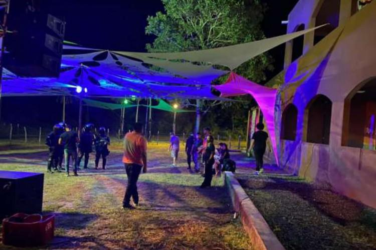 Festa clandestina com aglomeração de pessoas, em Guaiúba, foi encerrada pela PMCE neste domingo, 16  (Foto: Divulgação/ PMCE)