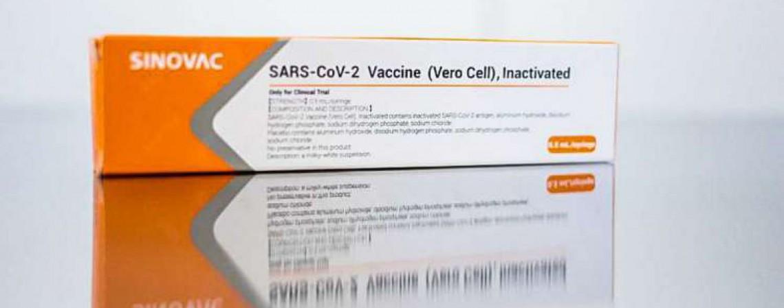 Vacina CoronaVac desenvolvida pela Sinovac Biotech, empresa biofarmacêutica que se concentra na fabricação de vacinas contra doenças infecciosas. (Foto: Governo do Estado de São Paulo / AFP)